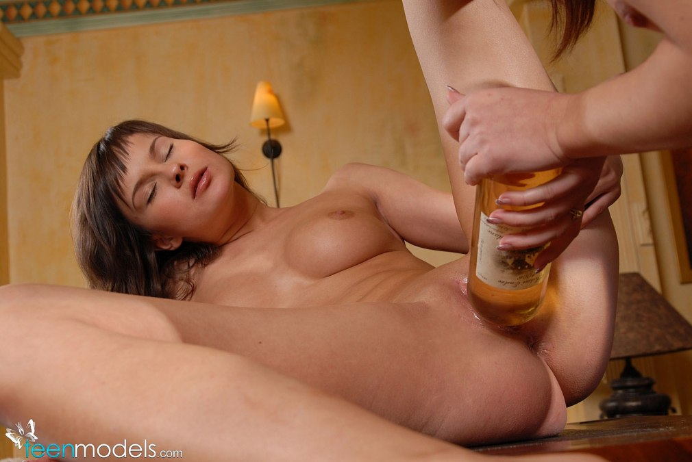порно девушку трахают бутылкой