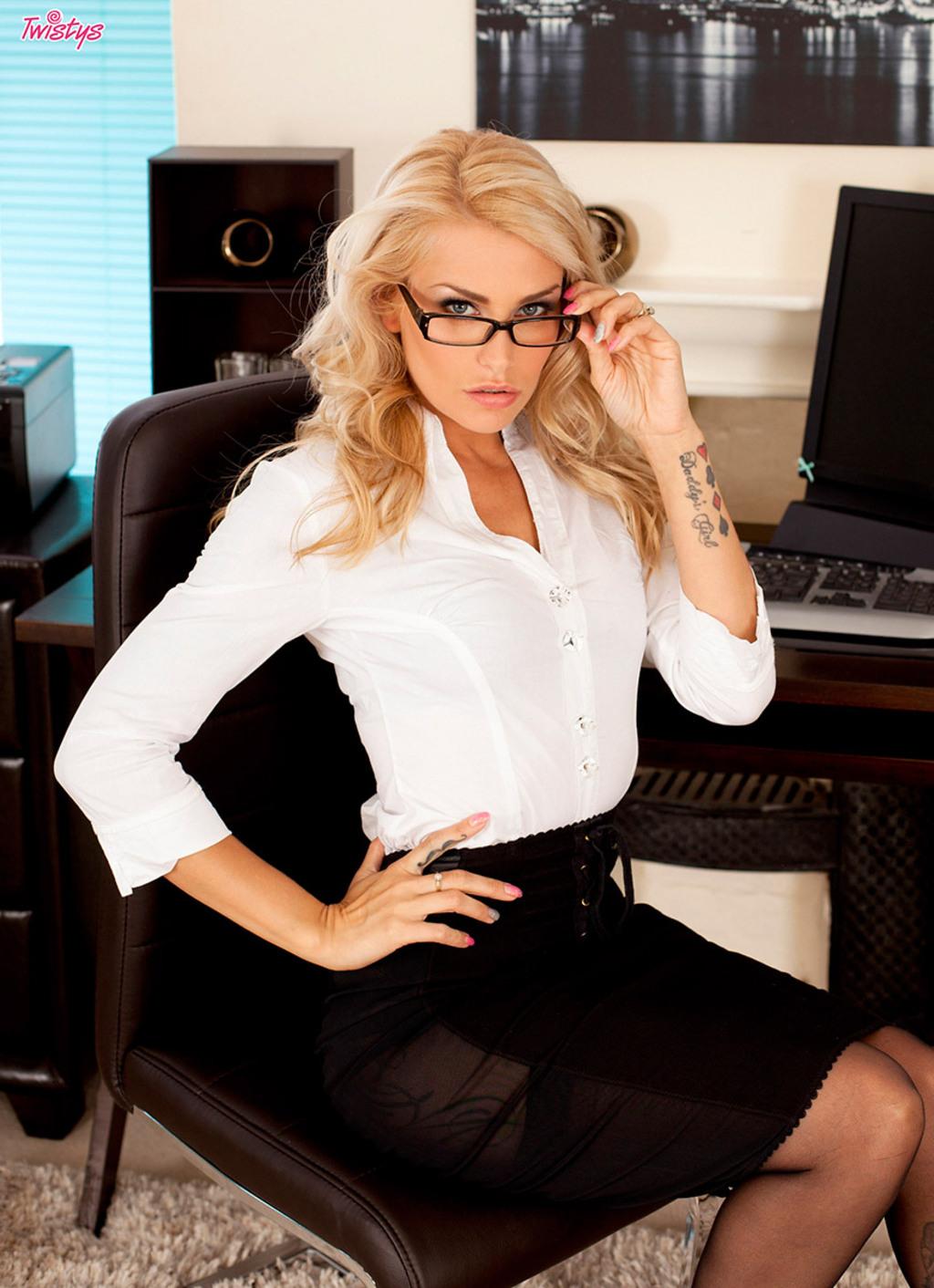 Natasha Marley голая секретарша в очках с татуировками.