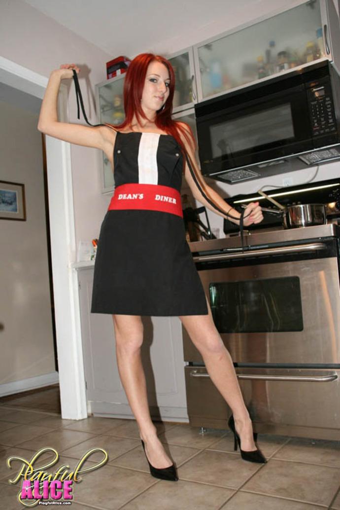 Zdjęcie porno - 104 - Ruda suczka w kuchni