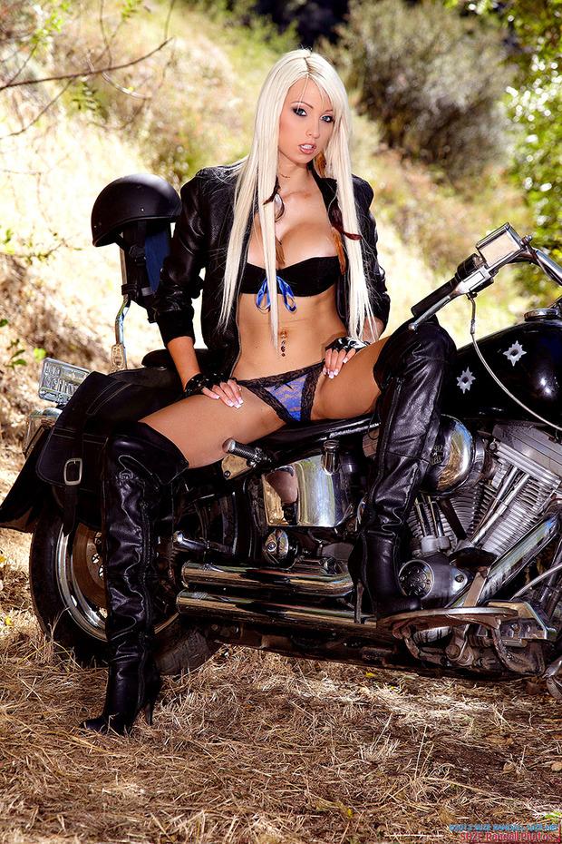 Zdjęcie porno - 00 13 - Blondyna na motorze
