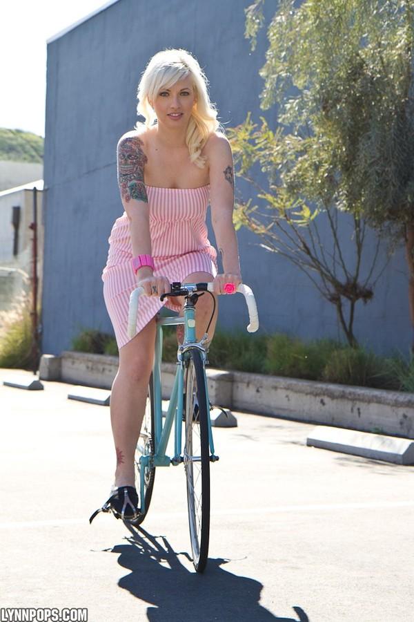 Zdjęcie porno - 005 - Blondyna na rowerze