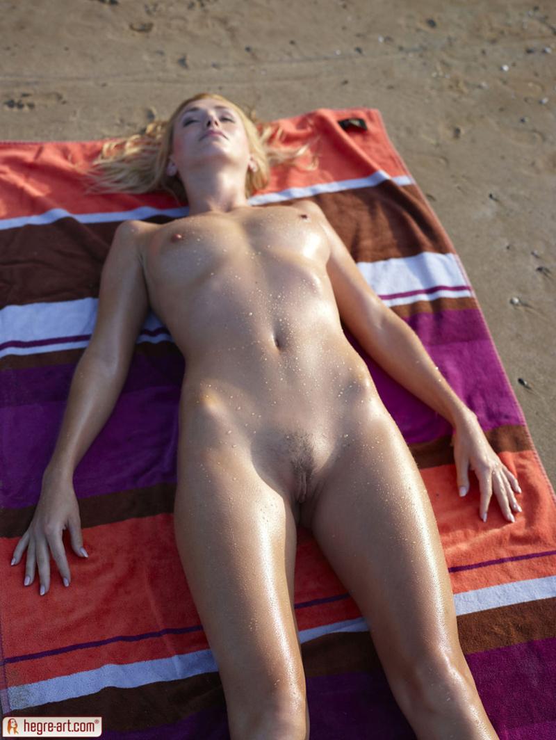 Zdjęcie porno - 016 - Blondi opala się topless