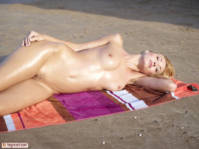 Zdjęcie porno - 037 - Blondi opala się topless