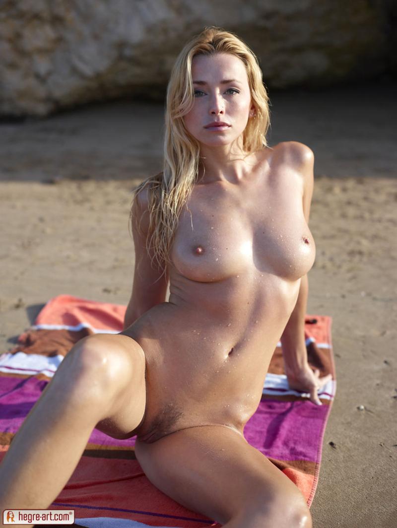 Zdjęcie porno - 125 - Blondi opala się topless