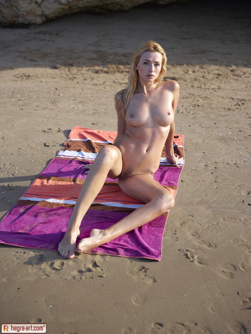 Zdjęcie porno - 135 - Blondi opala się topless
