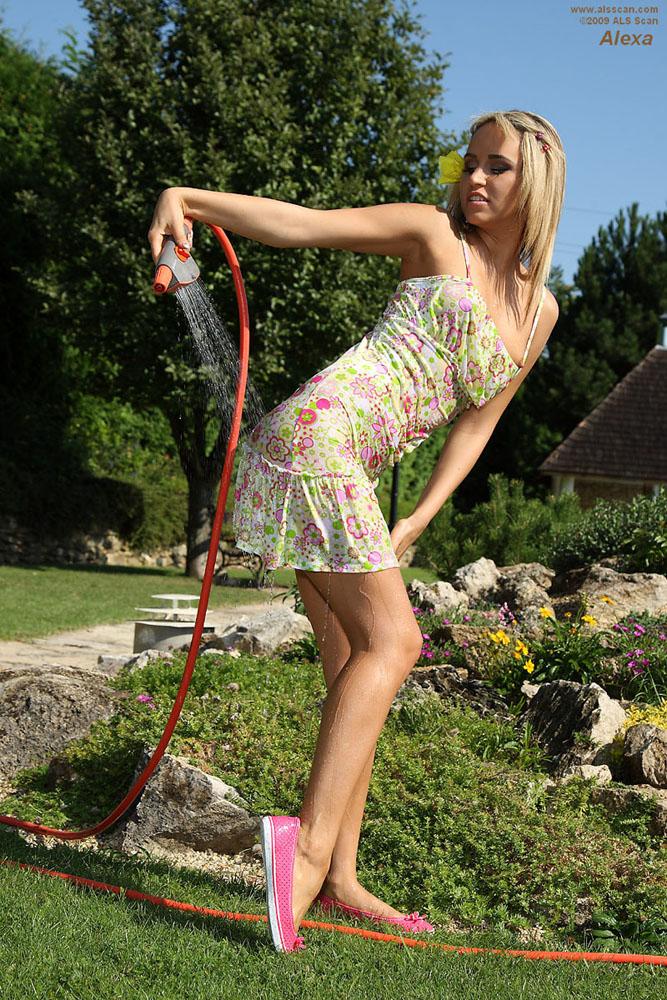 Zdjęcie porno - 037 - Opalona blondyna w ogrodzie