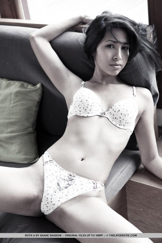 Zdjęcie porno - 02 - Młoda w bieliźnie