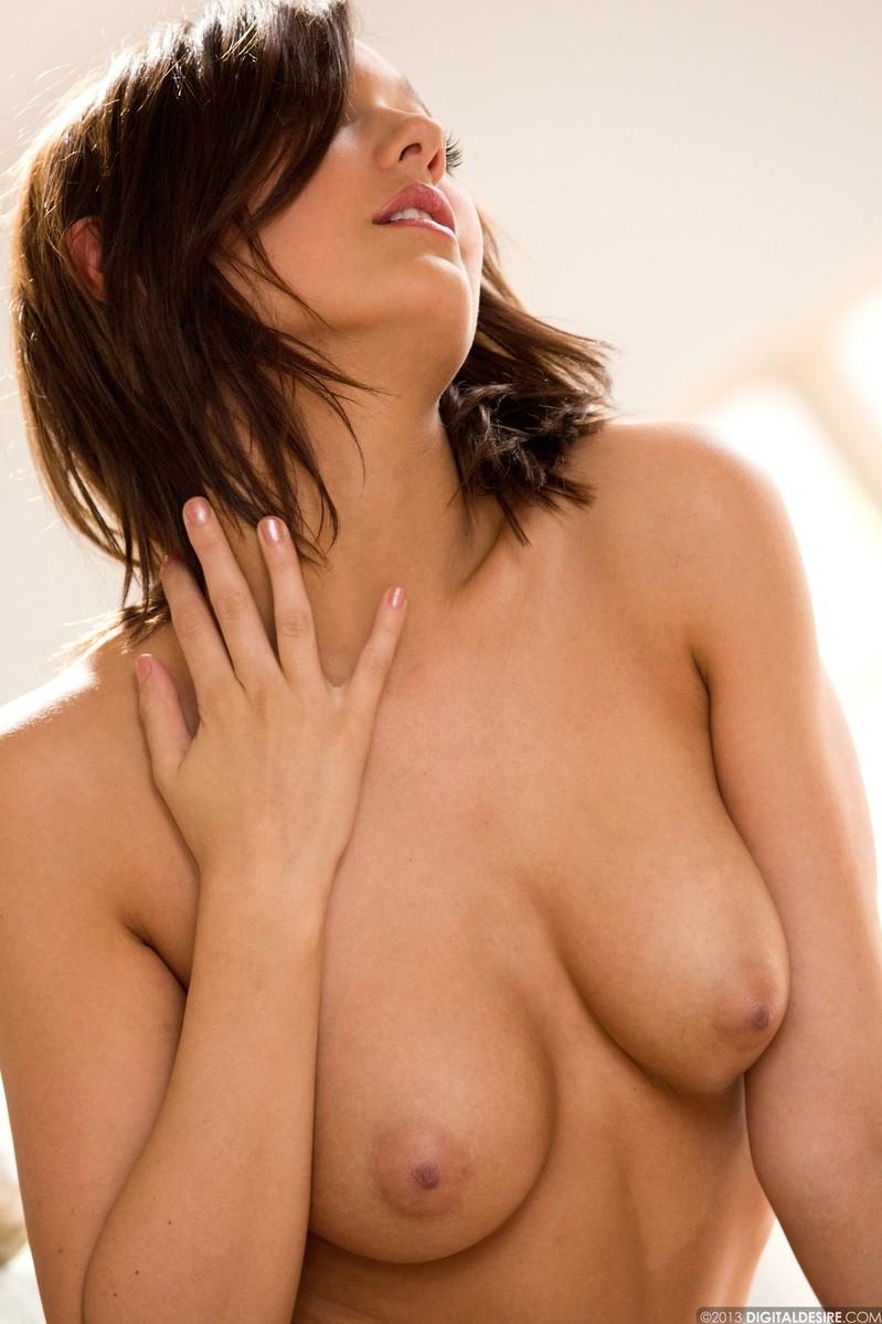 Zdjęcie porno - 068 - Laska zdejmuje koszulkę i majteczki