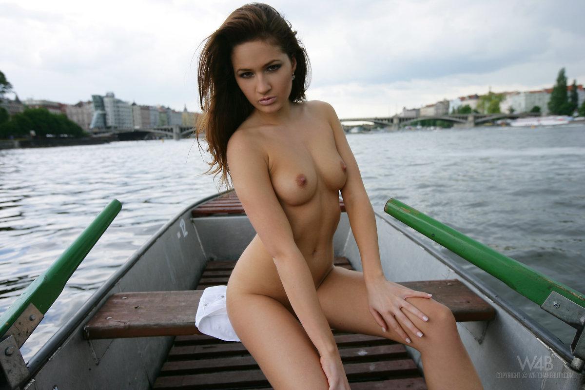 Zdjęcie porno - 0721 - Rozbiera się na łódce