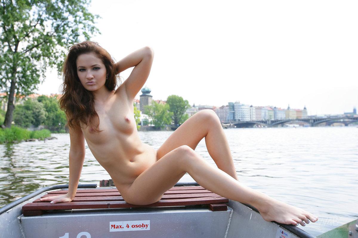 Zdjęcie porno - 1017 - Rozbiera się na łódce