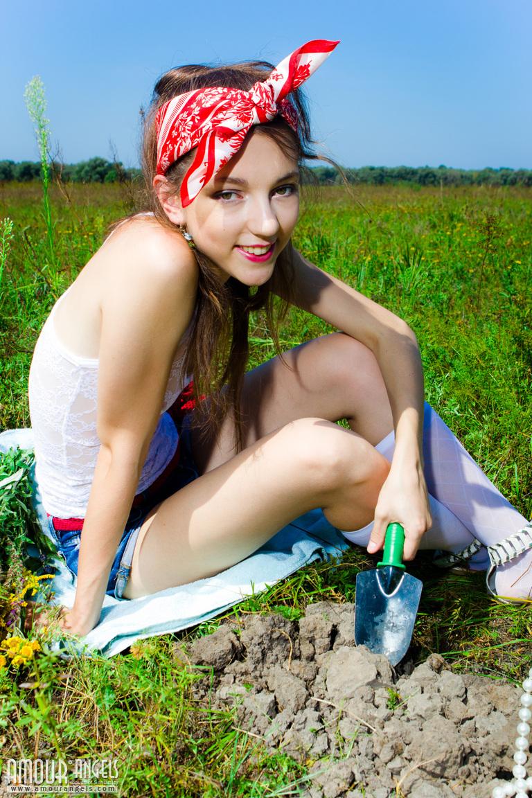 Zdjęcie porno - 0211 - Młoda na trawie