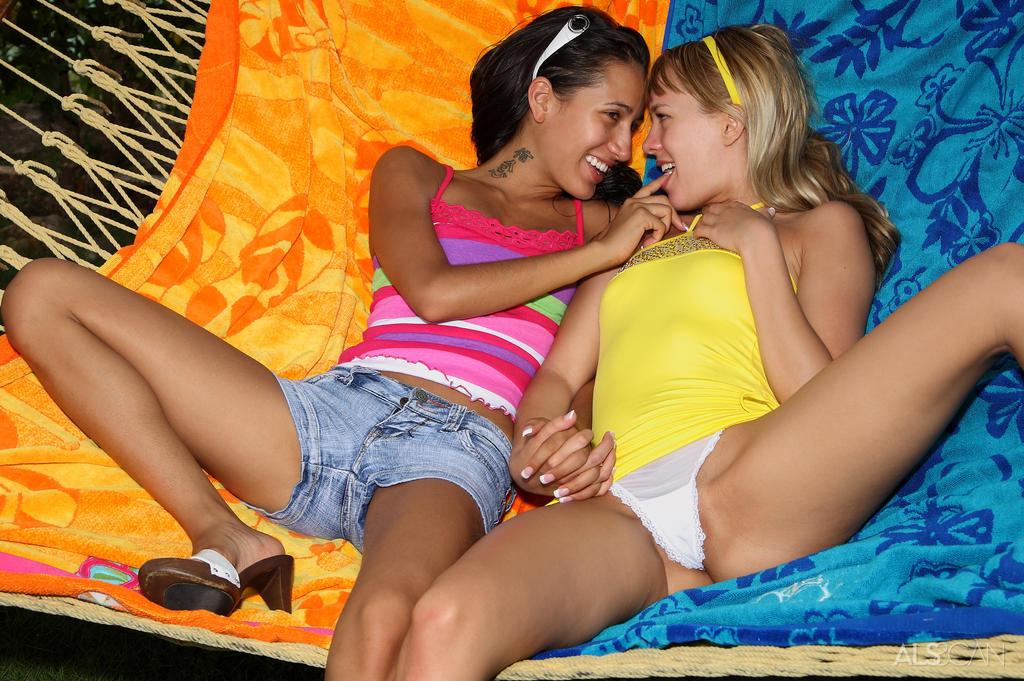 Zdjęcie porno - 01 4 - Małolaty w ogrodzie
