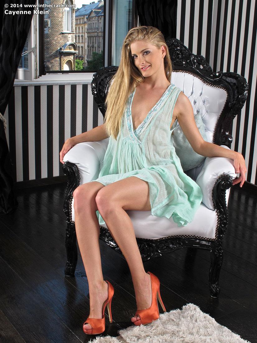 Zdjęcie porno - 022 - Długonoga laska na fotelu