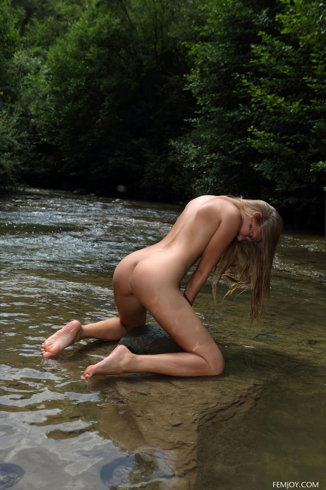 Zdjęcie porno - 048 - Jędrny biust mokrej blondyny