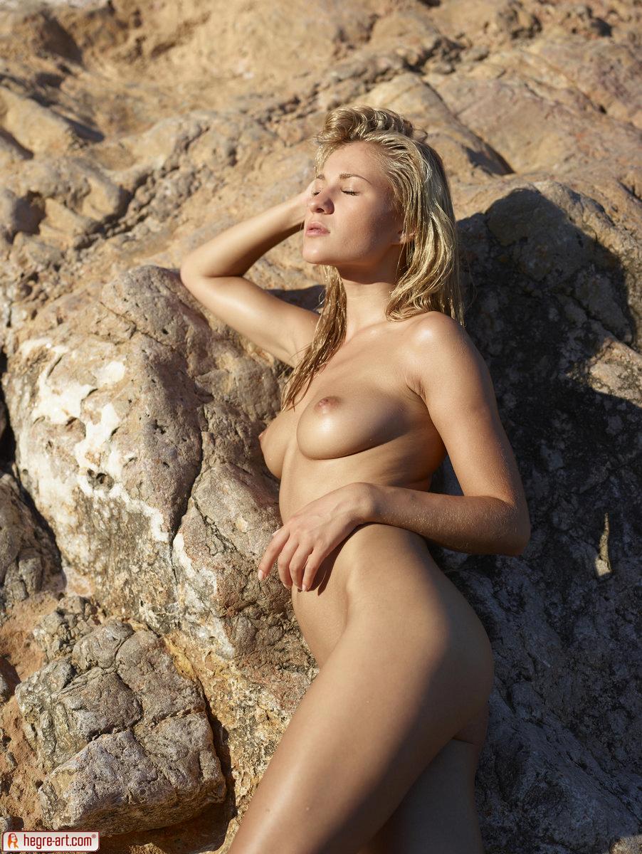 Zdjęcie porno - 1411 - Śliska blond łania na plaży