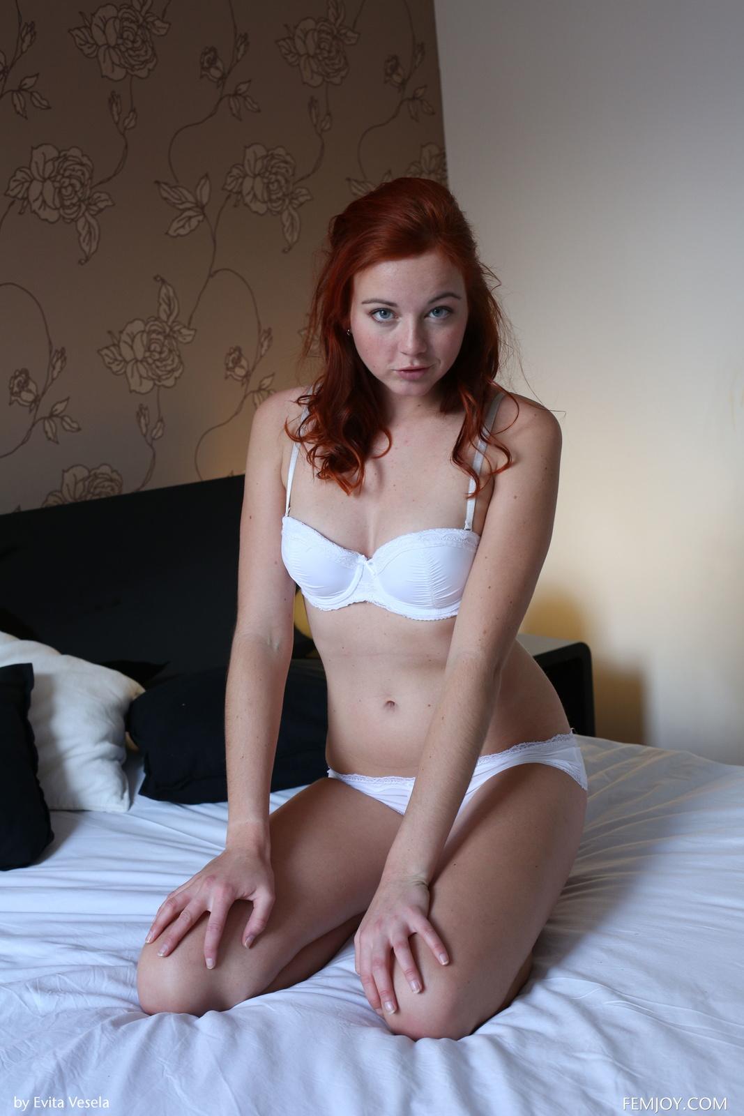 Zdjęcie porno - 037 - Ruda w bieli