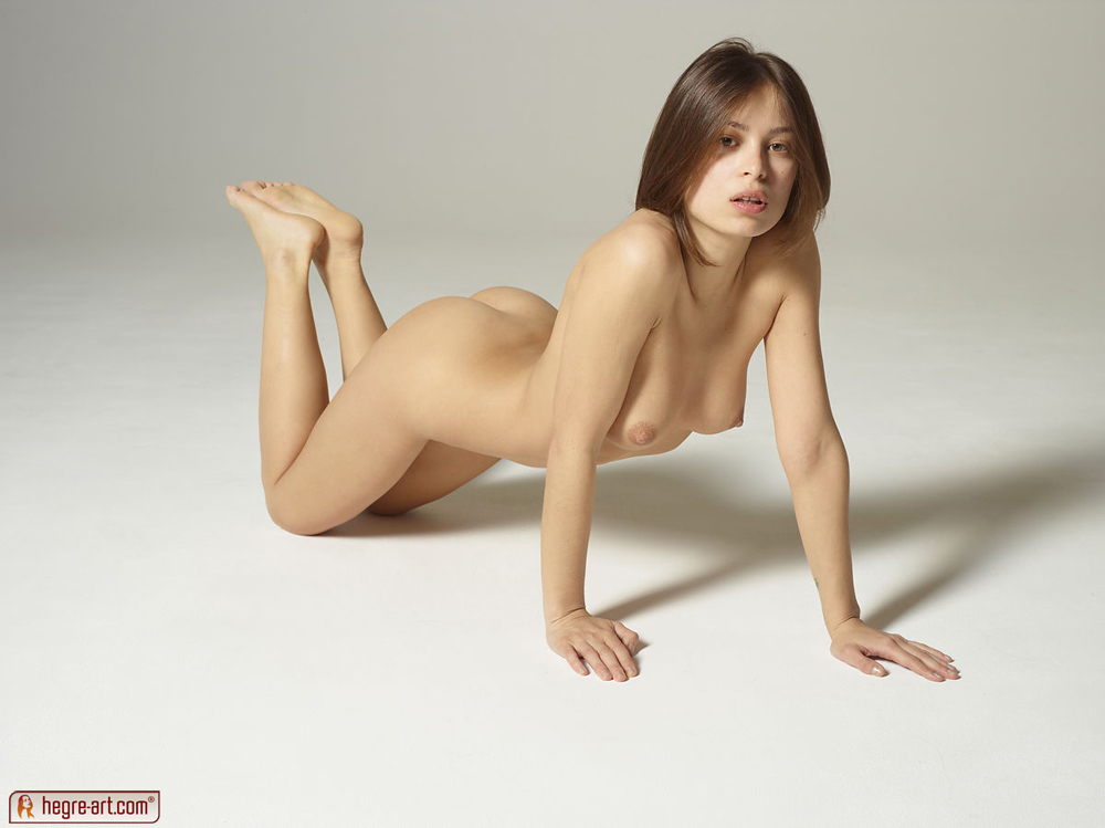 Zdjęcie porno - 0622 - Młoda modelka na podłodze