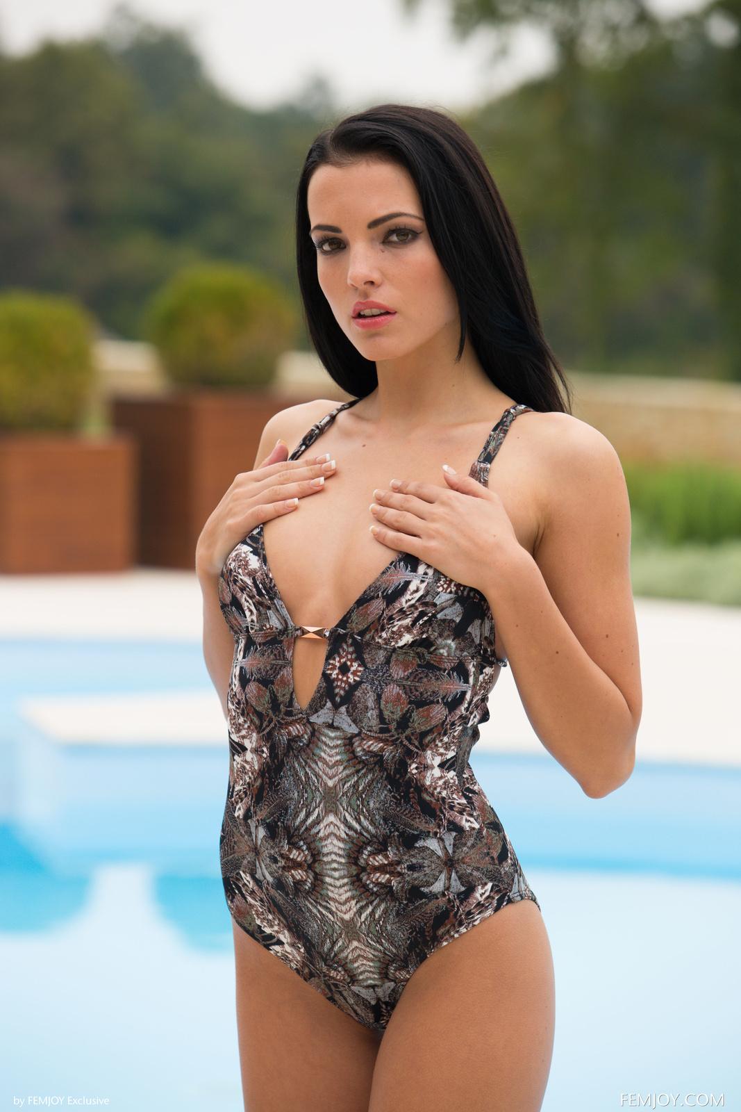 Zdjęcie porno - 069 - Dziewczyna przy basenie