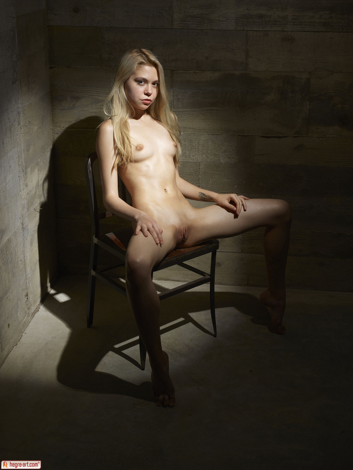 Zdjęcie porno - 0619 - Modelka na drewnianym krześle