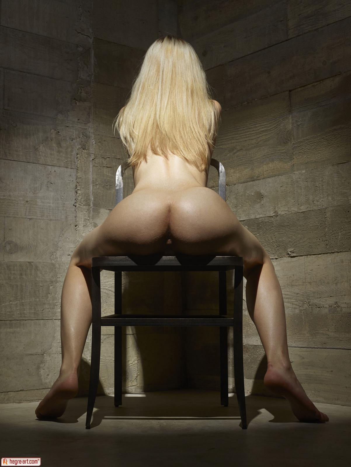 Zdjęcie porno - 1122 - Modelka na drewnianym krześle