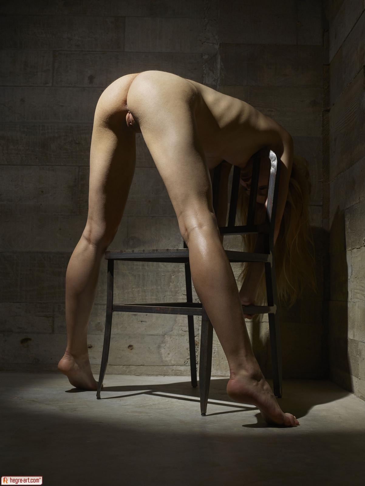 Zdjęcie porno - 1218 - Modelka na drewnianym krześle