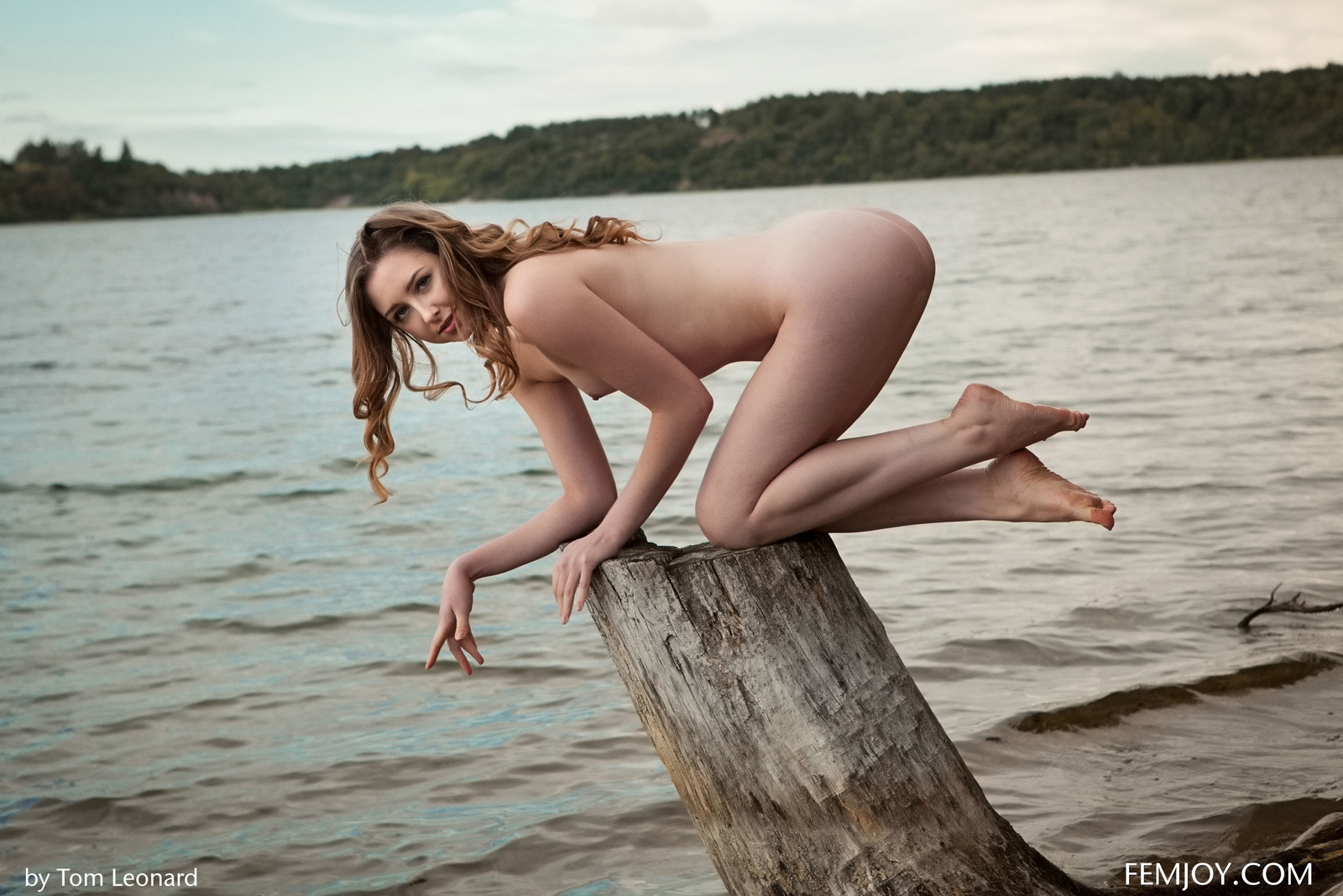 Zdjęcie porno - 01 1 - Zgrabna i naga laska nad jeziorkiem