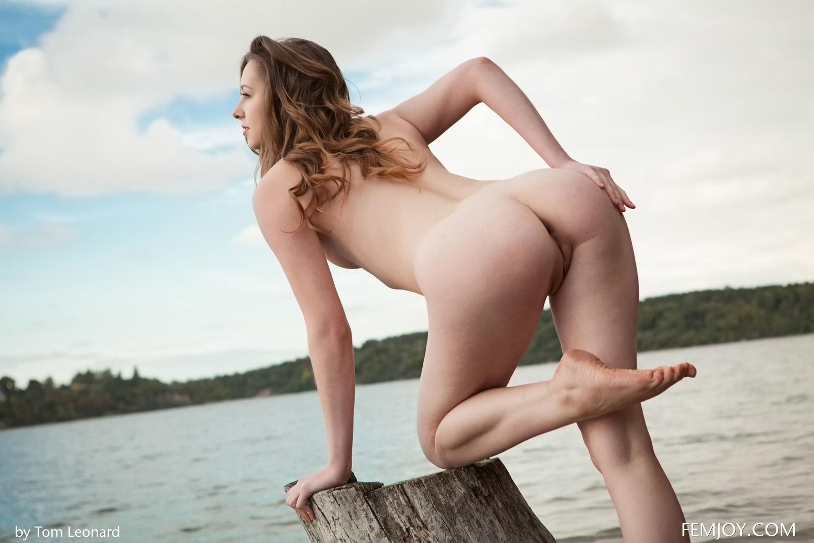 Zdjęcie porno - 02 - Zgrabna i naga laska nad jeziorkiem