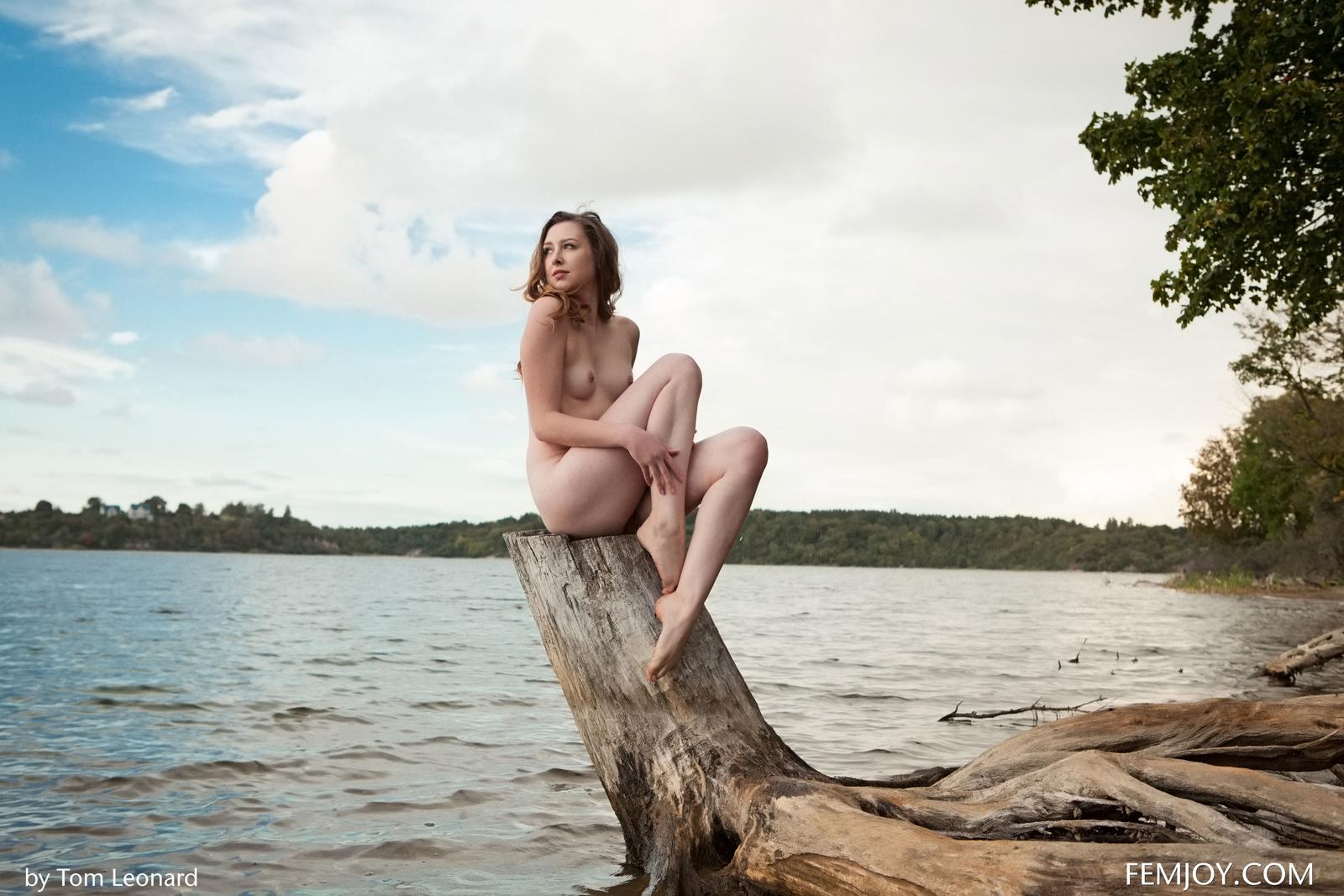 Zdjęcie porno - 043 - Zgrabna i naga laska nad jeziorkiem