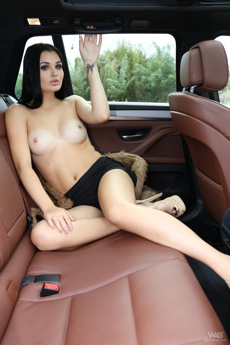 Zdjęcie porno - 0513 - Seksowna niunia w samochodzie