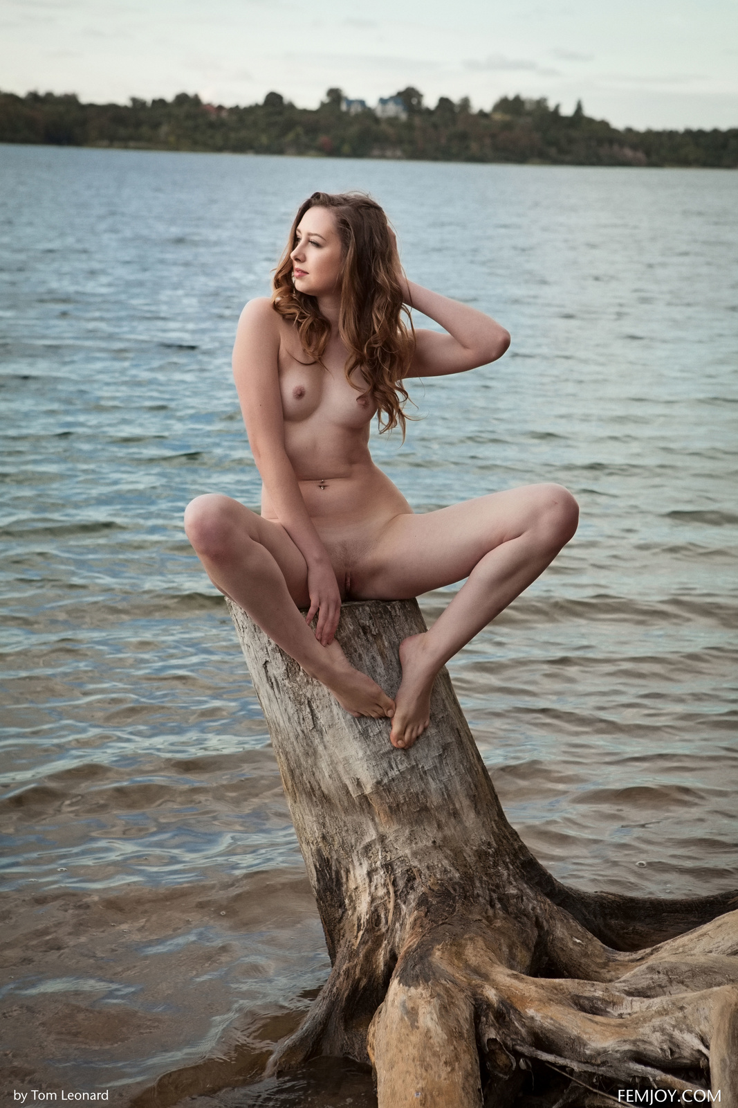 Zdjęcie porno - 054 - Zgrabna i naga laska nad jeziorkiem