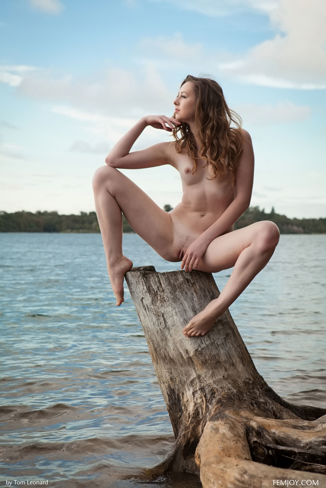 Zdjęcie porno - 064 - Zgrabna i naga laska nad jeziorkiem