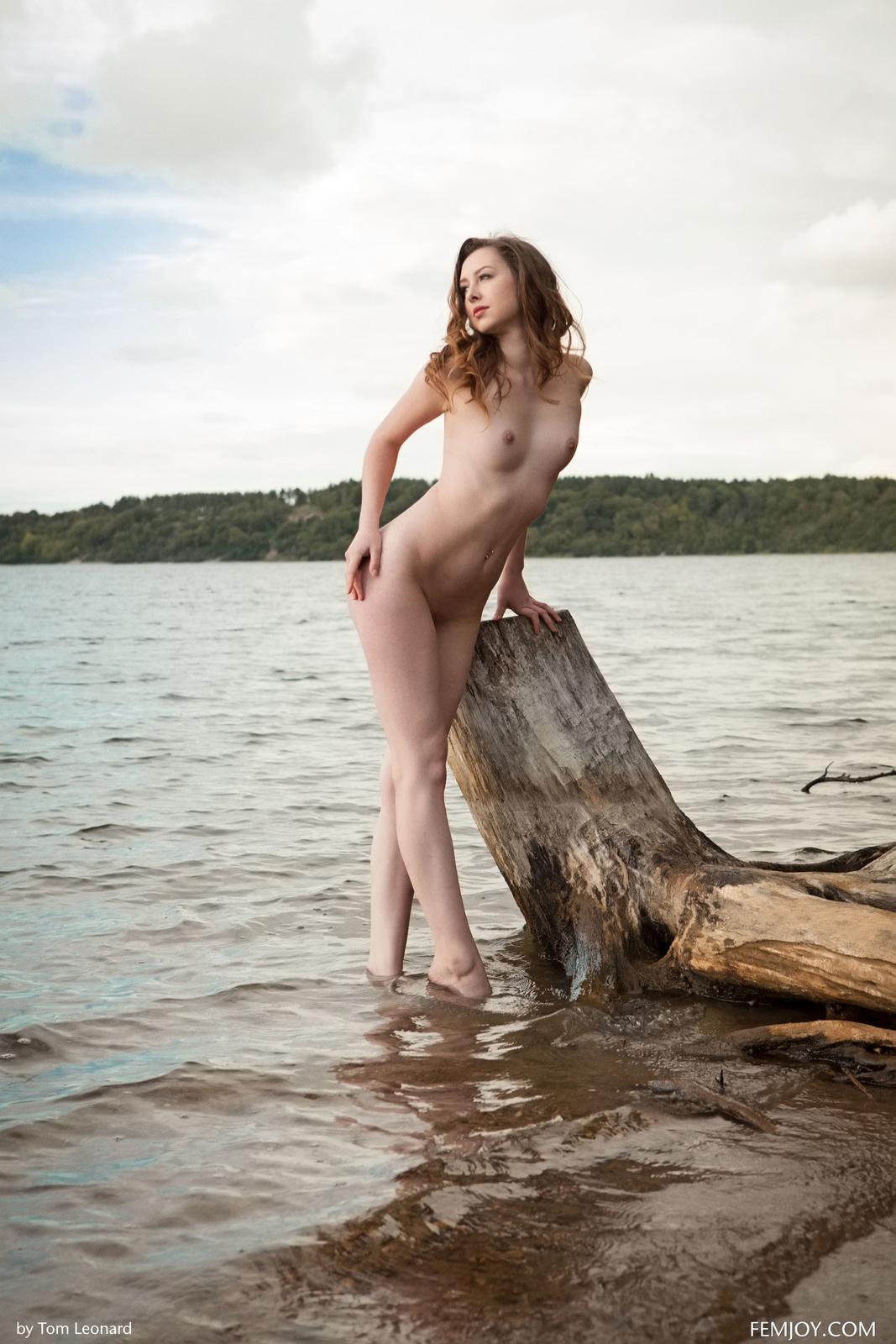 Zdjęcie porno - 084 - Zgrabna i naga laska nad jeziorkiem