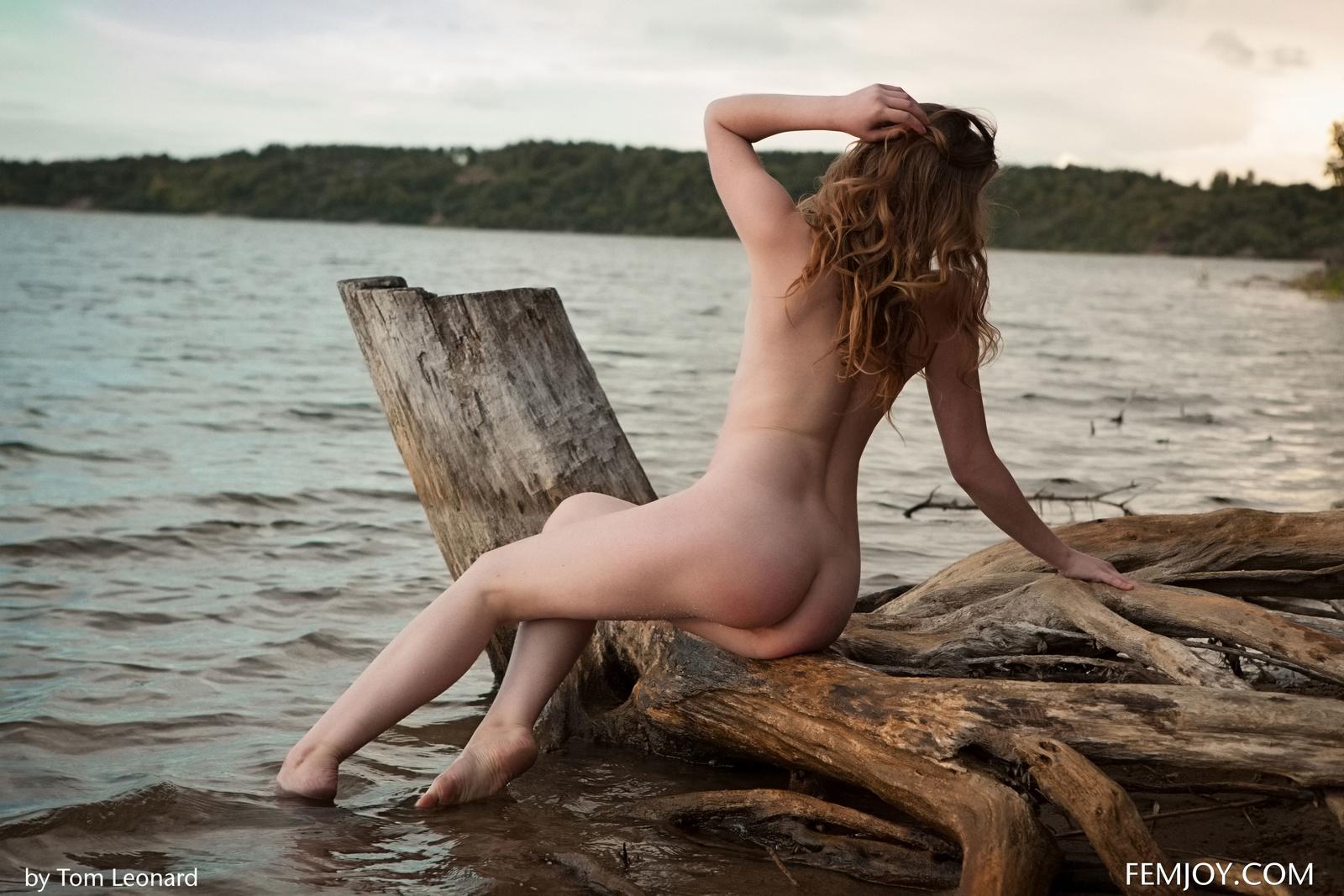 Zdjęcie porno - 094 - Zgrabna i naga laska nad jeziorkiem