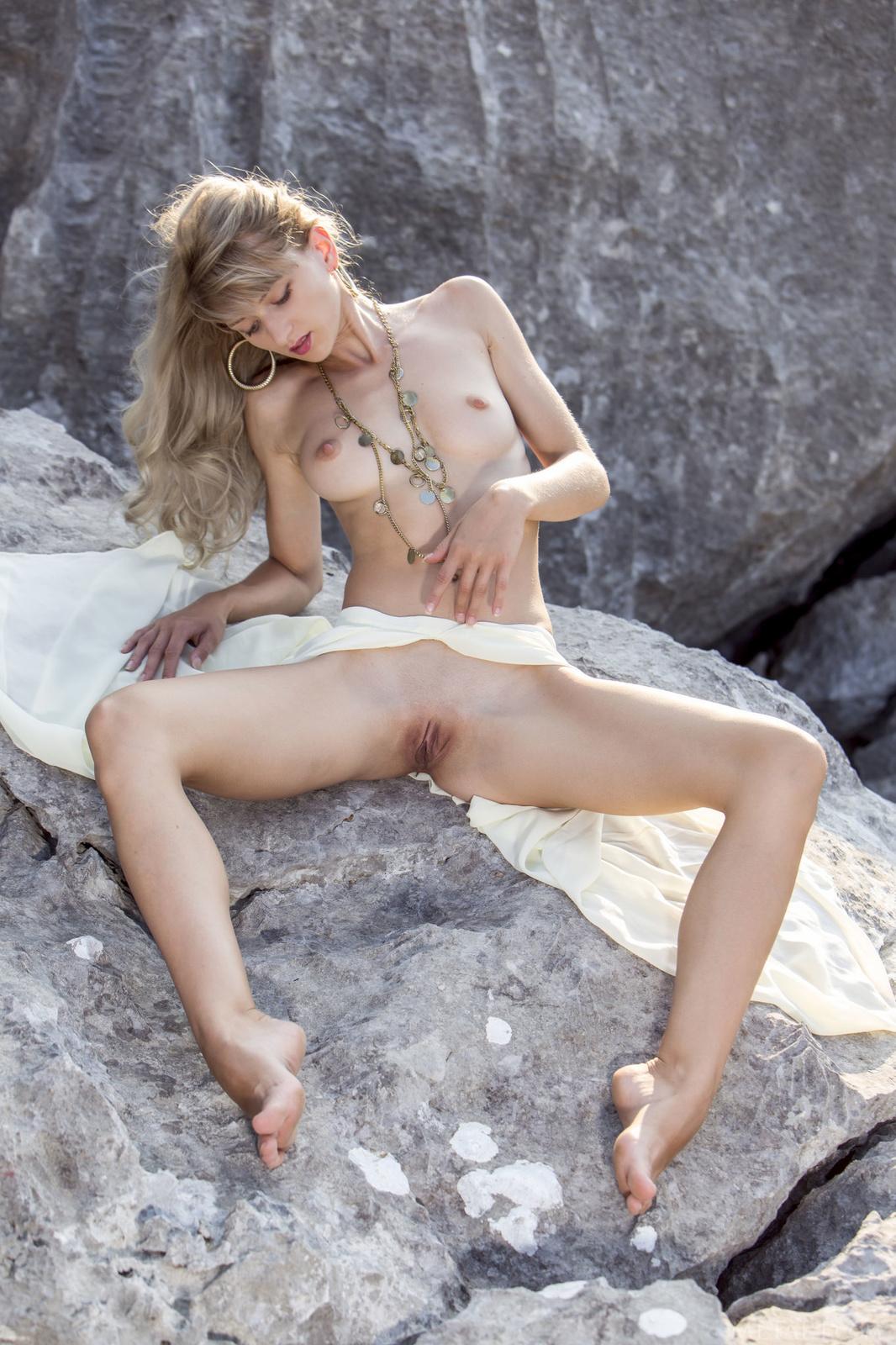 Zdjęcie porno - 04 - Suczka na skale