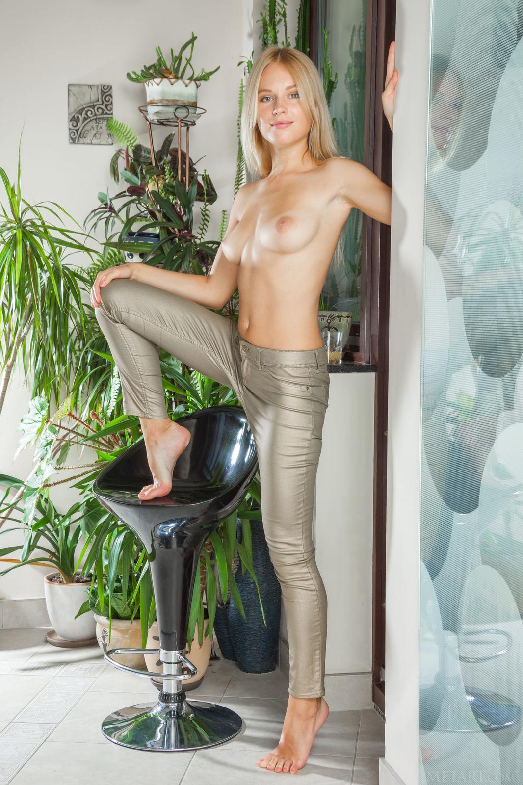Zdjęcie porno - 074 - Dziewczyna zdejmuje spodnie