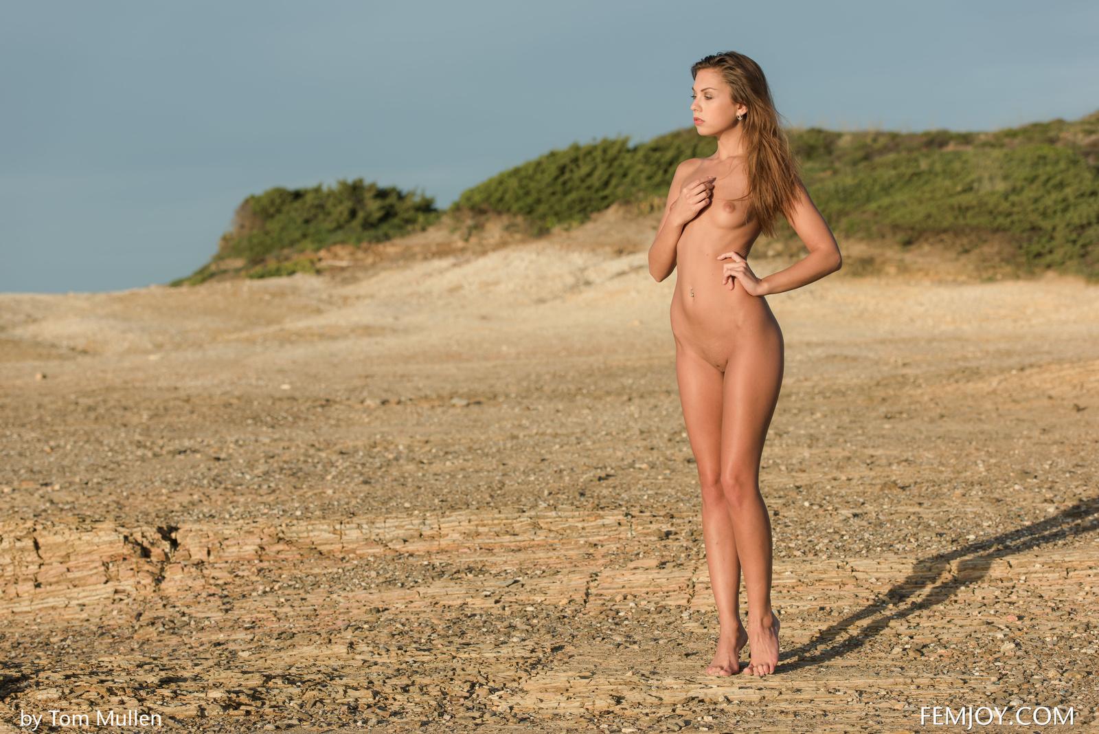 Zdjęcie porno - 0918 - Malutka brunetka na piasku