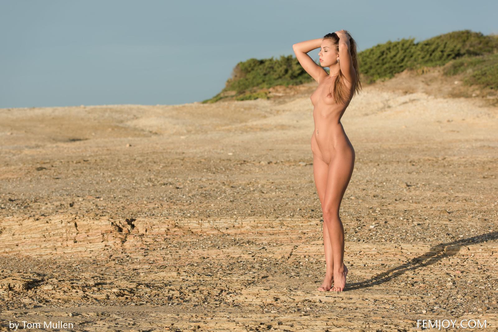 Zdjęcie porno - 1014 - Malutka brunetka na piasku