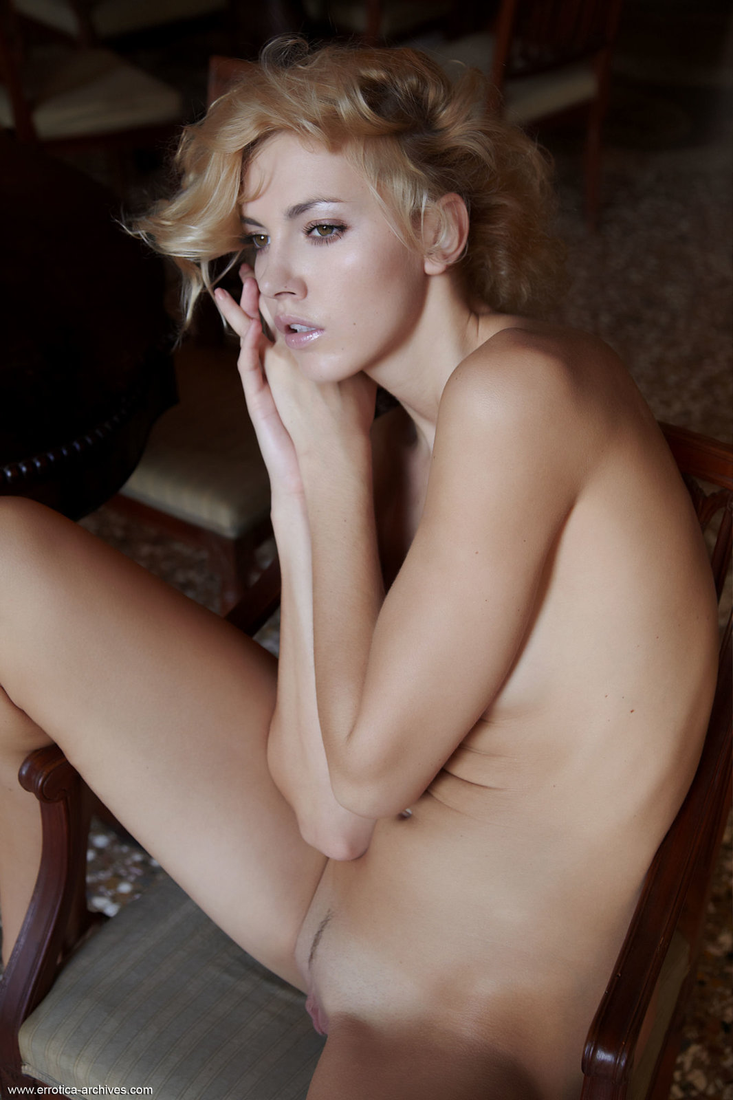 Zdjęcie porno - 04 11 - Seksowna niunia w jadalni