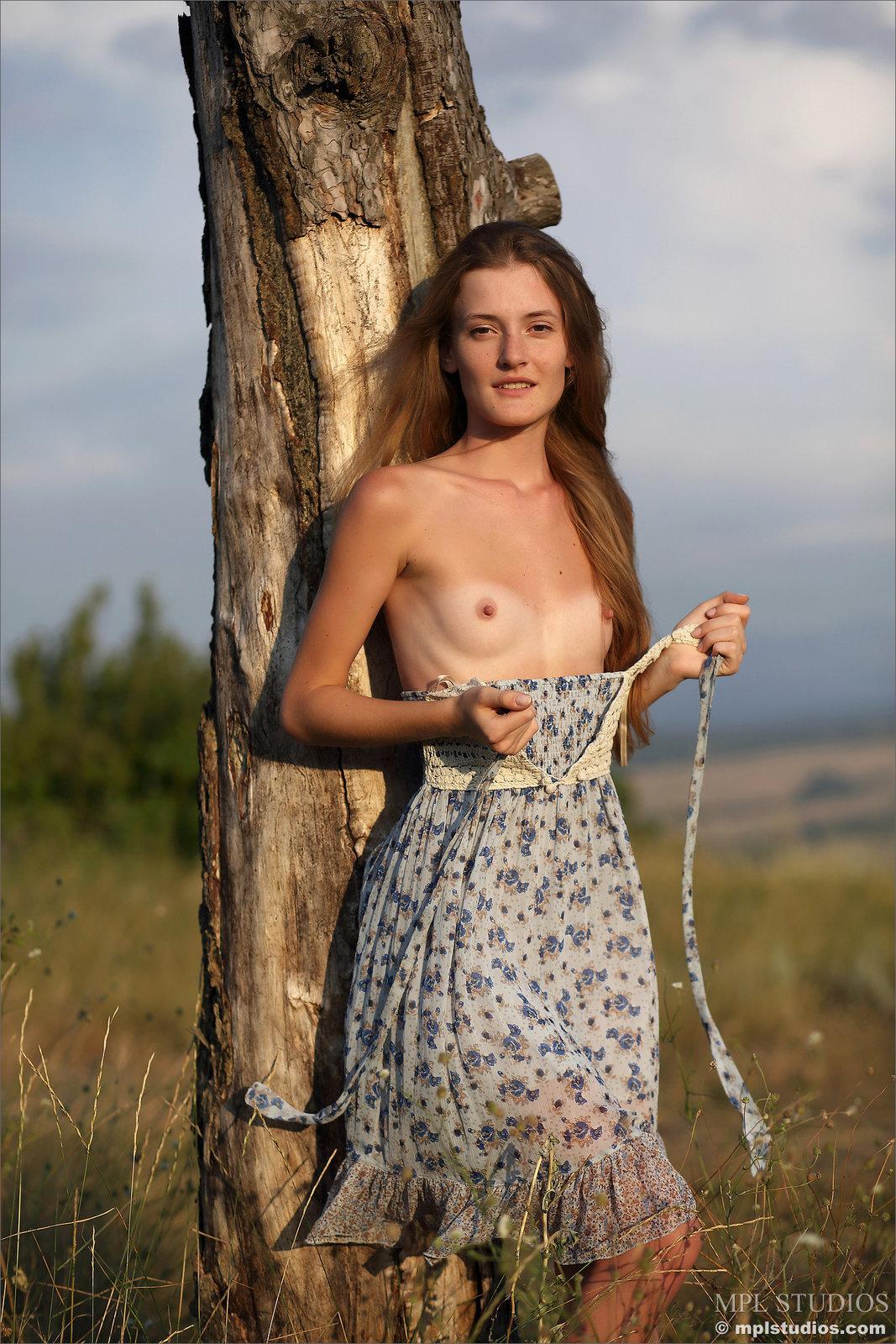Zdjęcie porno - 045 - Laseczka na łące ma sterczące piersi