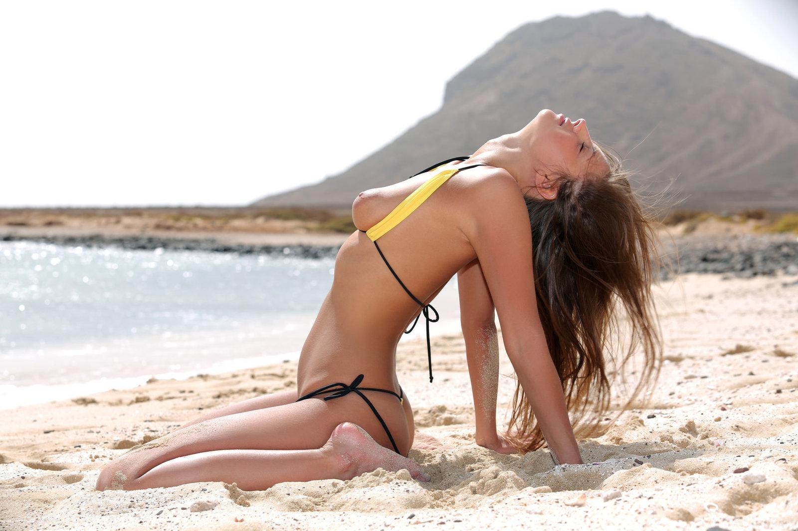 Zdjęcie porno - 0612 - Modelka w bikini na plaży