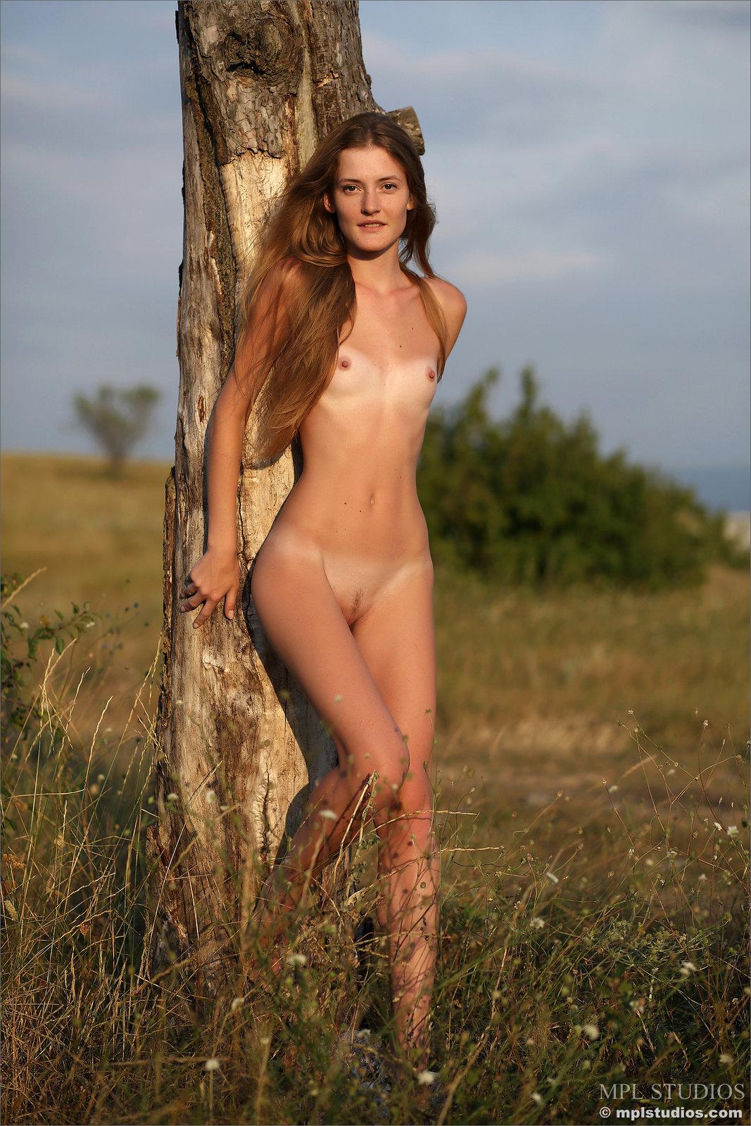 Zdjęcie porno - 065 - Laseczka na łące ma sterczące piersi