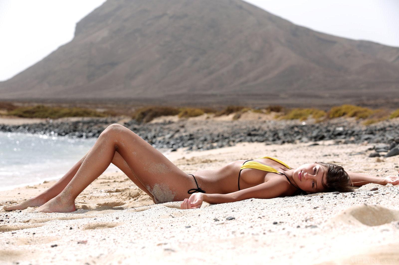 Zdjęcie porno - 0717 - Modelka w bikini na plaży