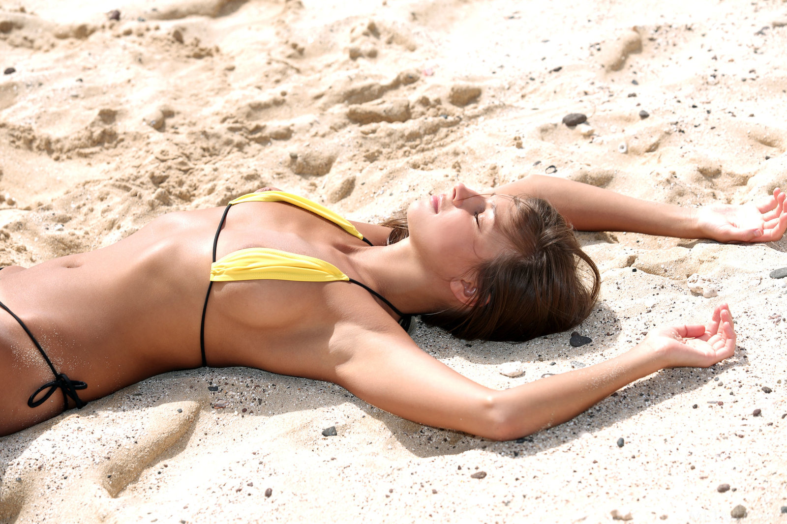 Zdjęcie porno - 0818 - Modelka w bikini na plaży