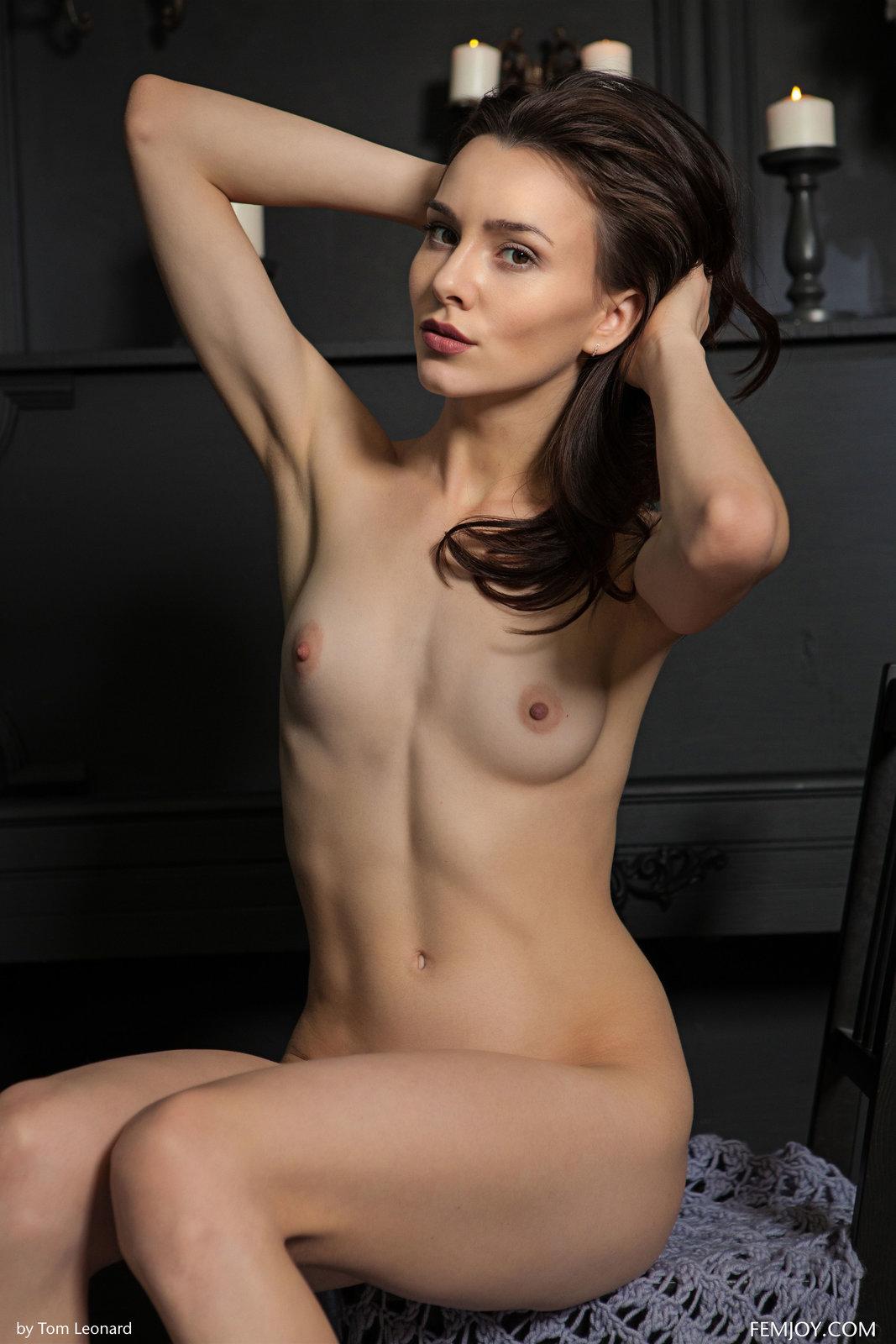 Zdjęcie porno - 1025 - Słodki uśmiech i sterczące sutki