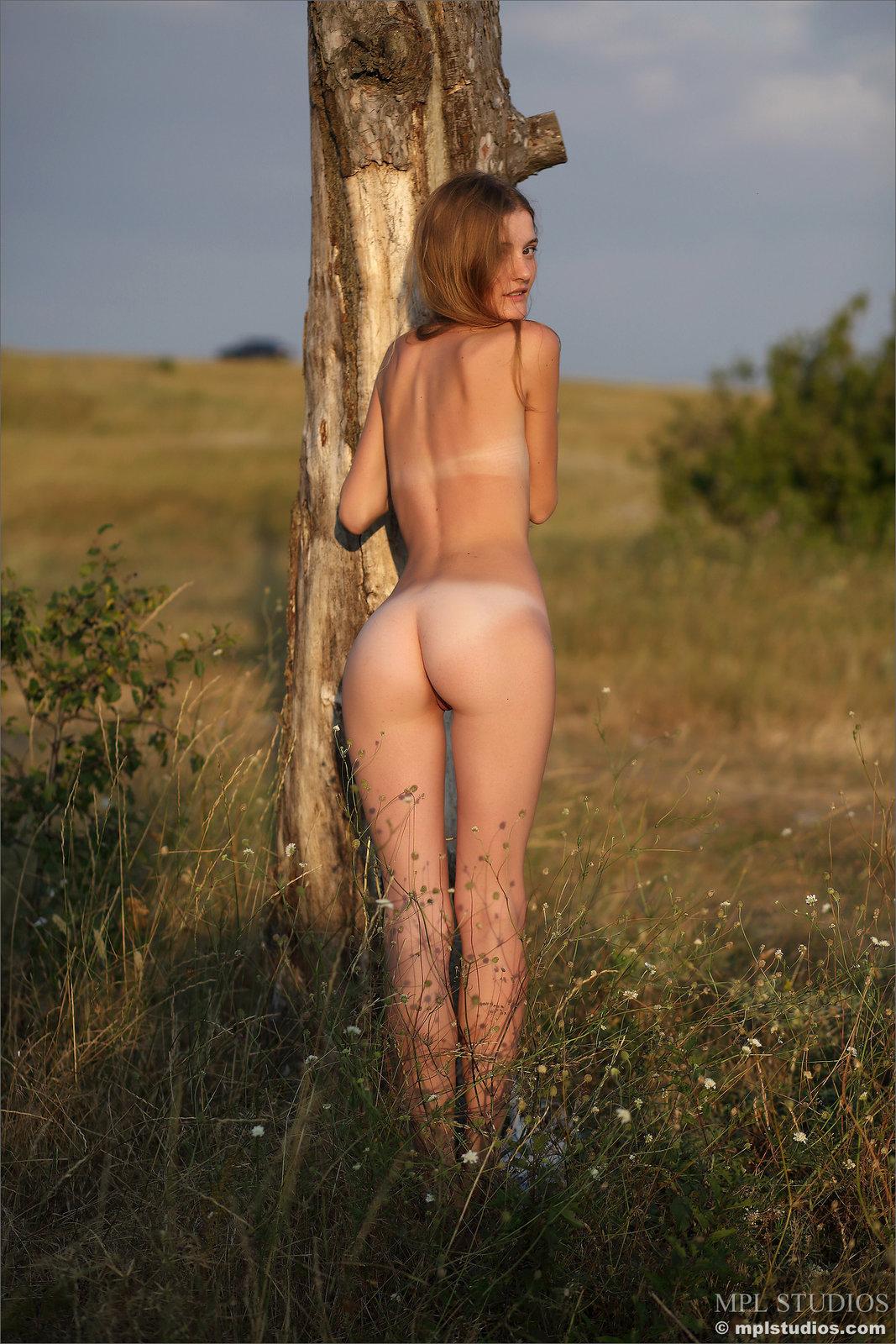 Zdjęcie porno - 1112 - Laseczka na łące ma sterczące piersi
