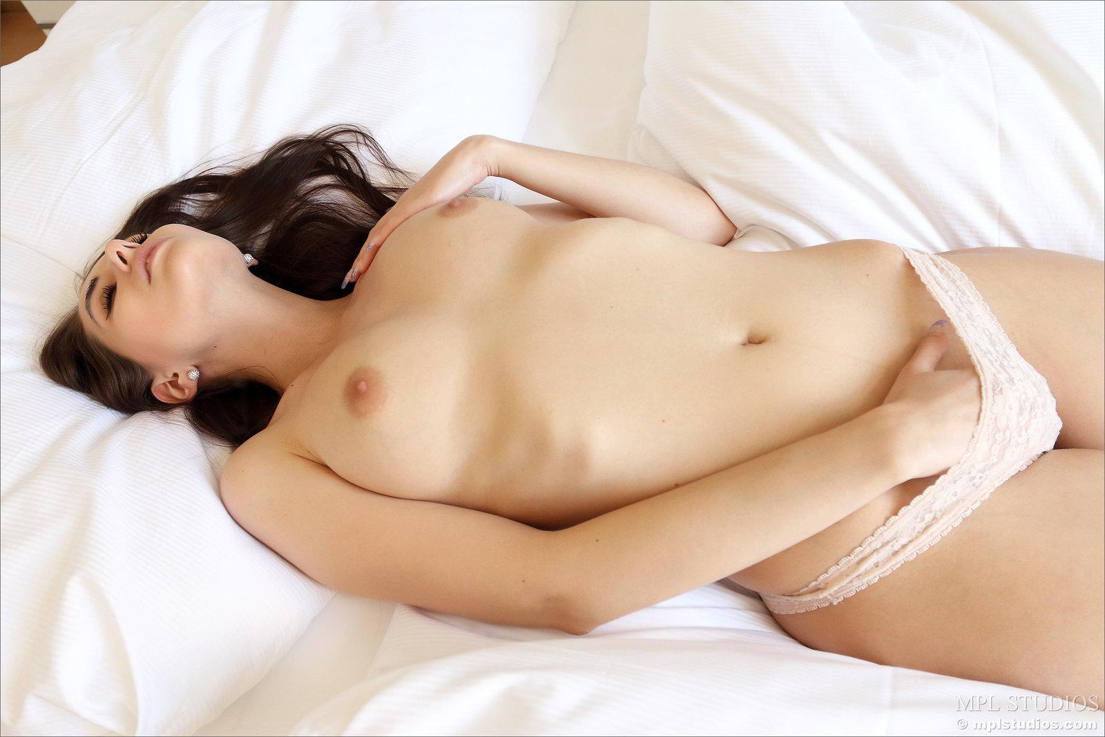 Zdjęcie porno - 1126 - Laska liże swe paluszki