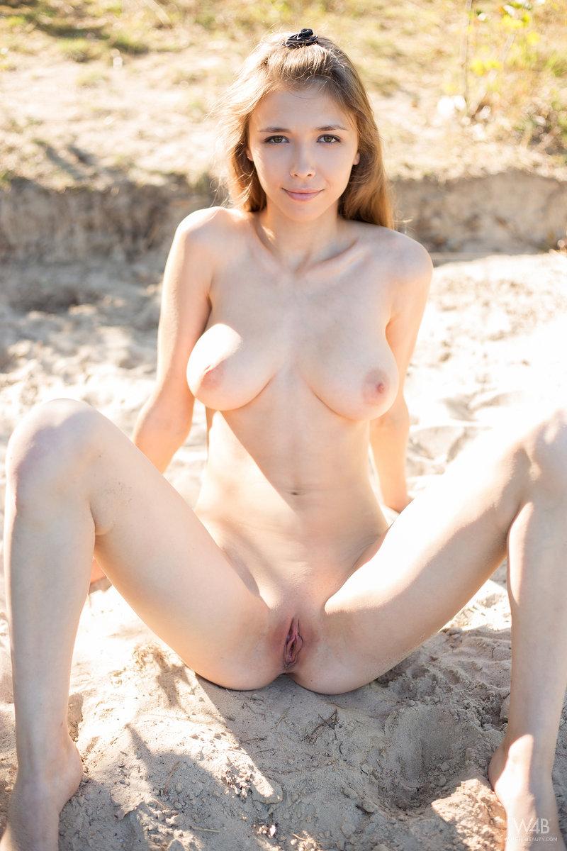 Zdjęcie porno - 136 - Laska zdejmuje stanik