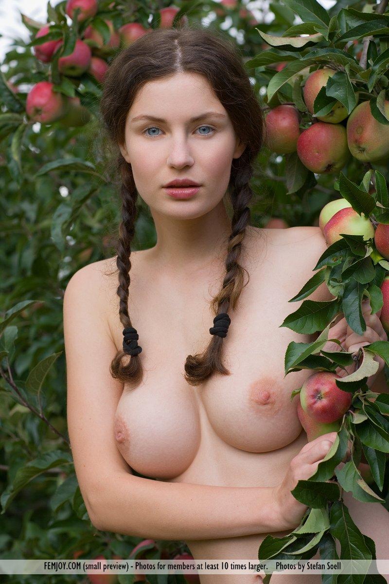 Zdjęcie porno - 037 - Naga dziunia w ogrodzie
