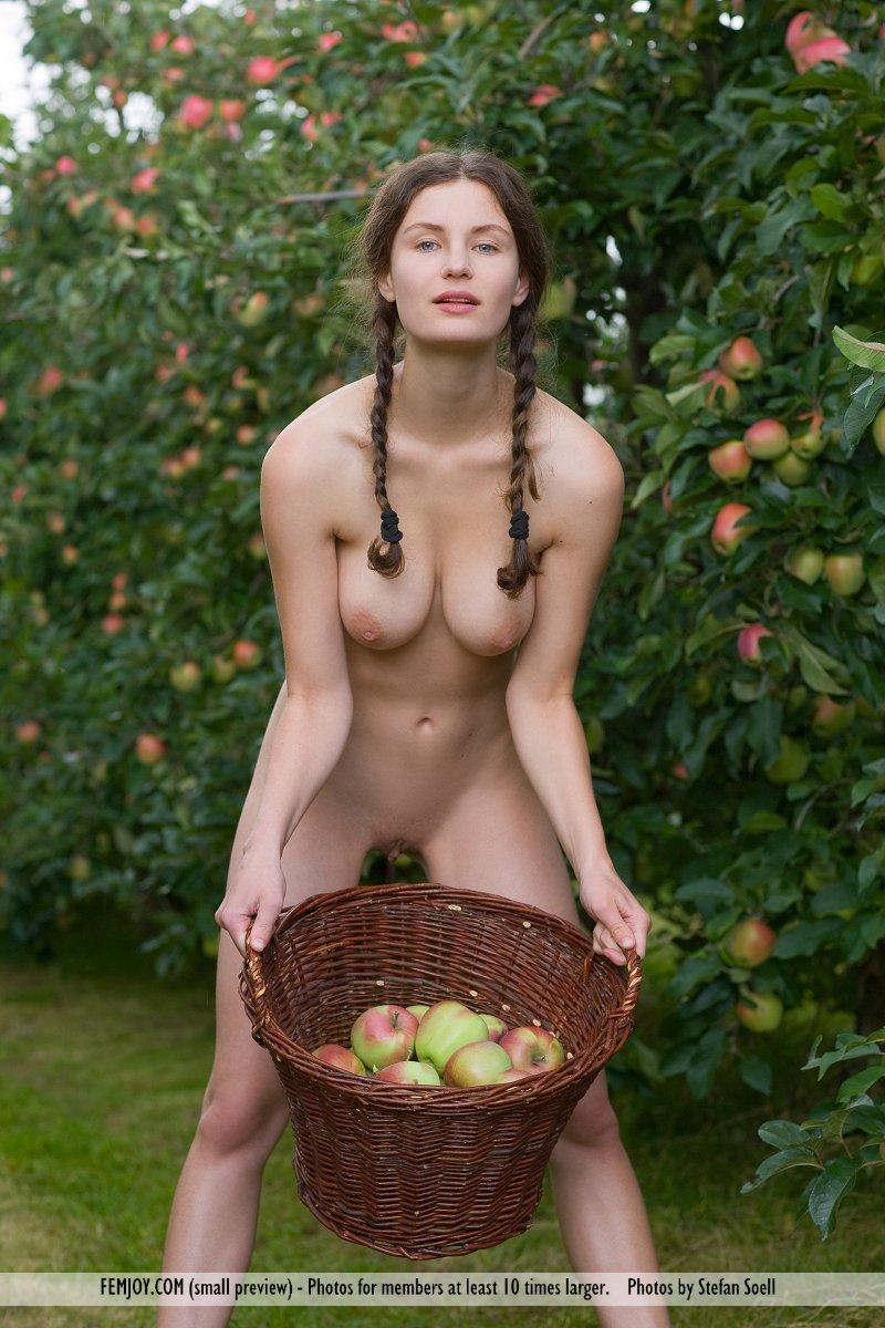 Zdjęcie porno - 0714 - Naga dziunia w ogrodzie