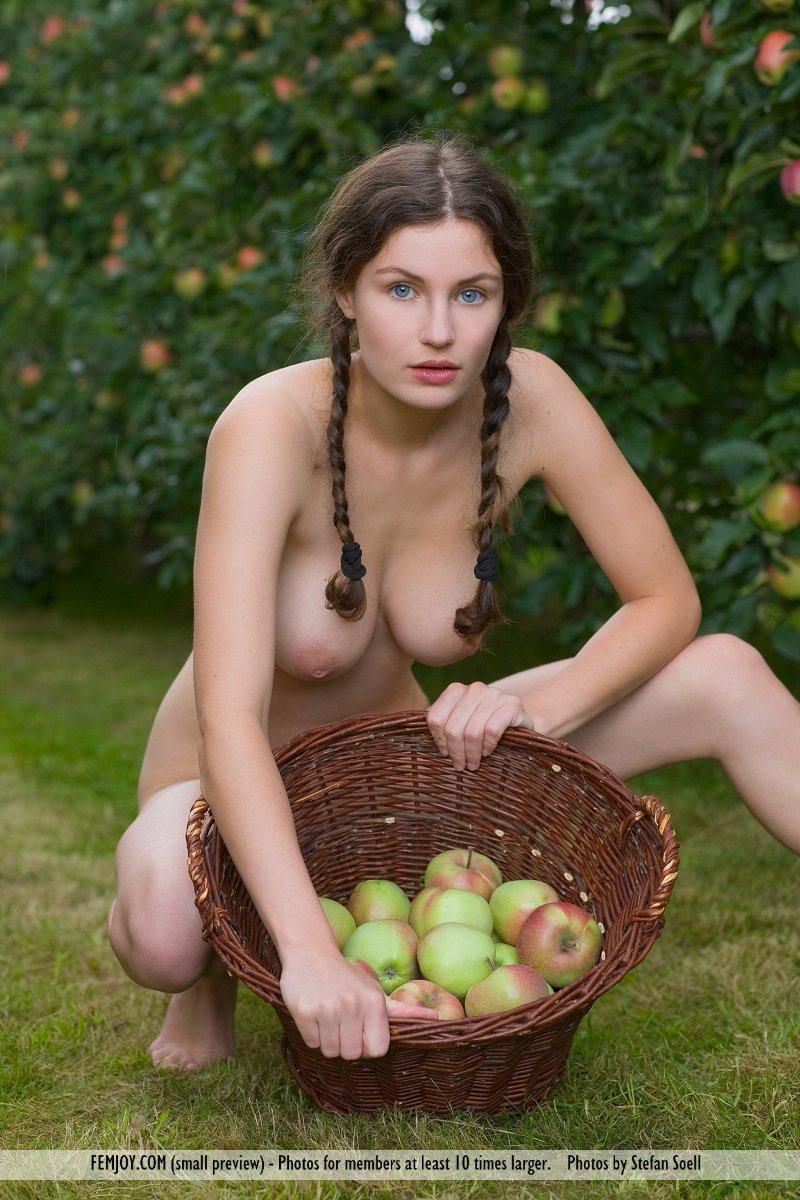 Zdjęcie porno - 0920 - Naga dziunia w ogrodzie
